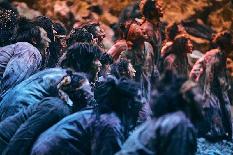 劇中的喪屍因為罹患瘟疫造成肝臟受損,所以皮膚呈現黑色。(圖/NETFLIX提供)