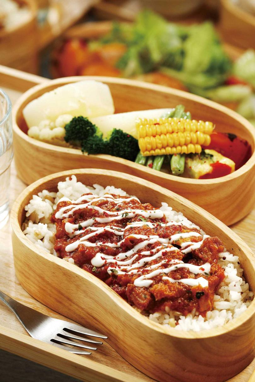 帶有些許辣度的「印度羊肉瑪莎拉飯盒」,搭配優格酸奶淋醬更開胃。(280元)(圖/于魯光攝)