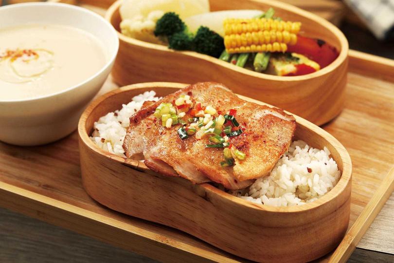 「蔥油松阪豬飯盒」,松阪豬的Q脆搭配蔥油的香潤,是老客人才知道的隱藏版好味。(250元)(圖/于魯光攝)