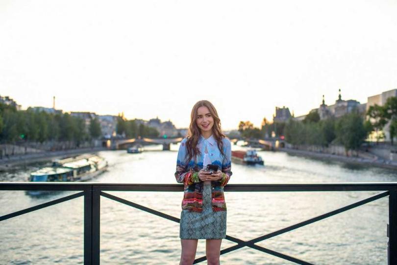 莉莉柯林斯主演Netflix愛情喜劇《艾蜜莉在巴黎》。(圖/Netflix提供)