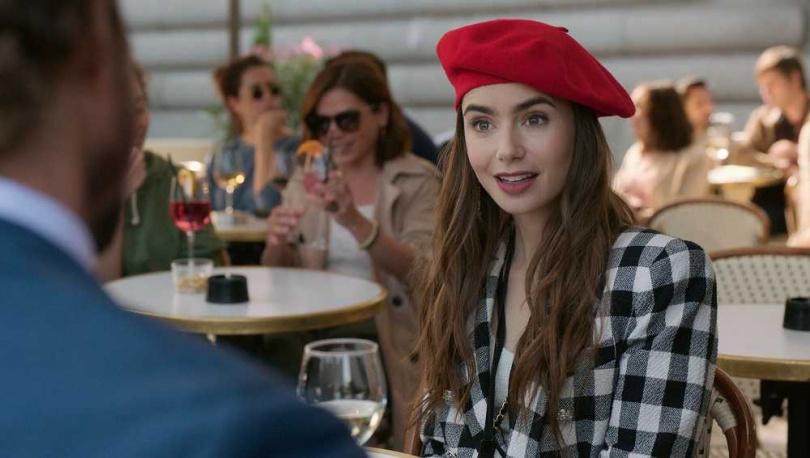 莉莉柯林斯不僅主演Netflix愛情喜劇《艾蜜莉在巴黎》,更擔綱該劇製作人。(圖/Netflix提供)