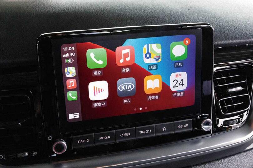中控車機更新為8吋懸浮式螢幕,並支援無線Apple CarPlay及有線Android Auto連接功能。(圖/張文玠攝)