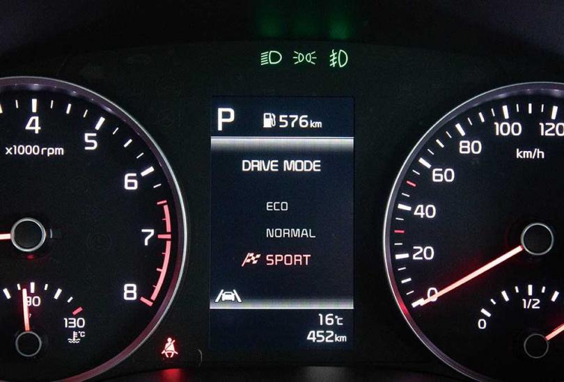 雙環儀表板中央的行車資訊幕,從原本單色的3.5吋,升級為全彩的4.2吋,識讀效果更佳。(圖/張文玠攝)