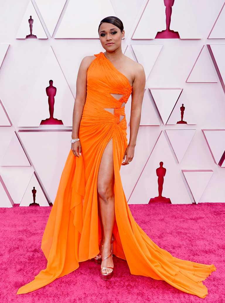 好萊塢女星亞莉安娜.黛博塞(Ariana Debose),身穿亮橘色斜肩禮服,佩戴海瑞溫斯頓珠寶亮相第93屆奧斯卡紅毯,巨星氣勢非凡。(圖╱HARRY WINSTON提供)
