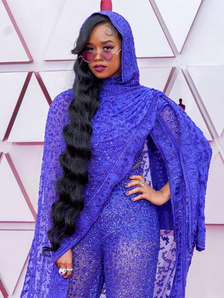 榮獲第93屆奧斯卡「最佳原創歌曲」獎的R&B女歌手H.E.R.,以紫色蕾絲造型罩衫,佩戴Chopard蕭邦高級珠寶,展現磅礡氣場。(圖╱Chopard提供)