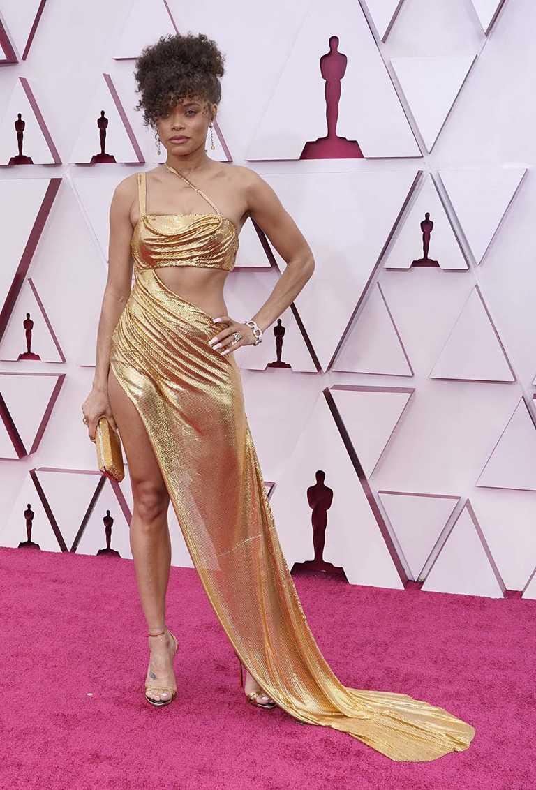入圍第93屆奧斯卡「最佳女主角」獎的好萊塢女星安德拉戴(Andra Day),一身金色禮服搭配TIFFANY & CO.珠寶,剛柔並濟恰如其分。(圖╱TIFFANY & CO.提供)