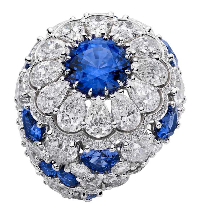 Chopard高級珠寶系列,18K白金戒指,鑲嵌3.93克拉圓形藍寶石、13.99克拉鑽石,和6.91克拉藍寶石。(圖╱Chopard提供)