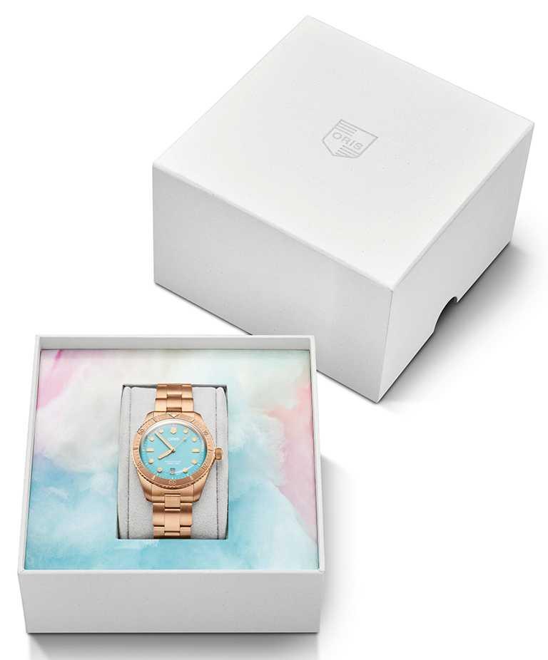 ORIS「Divers Sixty-Five Cotton Candy」系列腕錶套組,天青藍面盤,38mm,青銅錶殼,Oris 733型自動上鏈機芯╱75,000元(鍊帶款)。(圖╱ORIS提供)