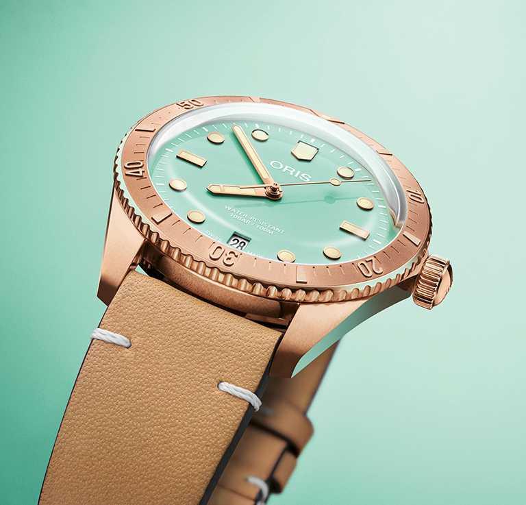 ORIS「Divers Sixty-Five Cotton Candy」系列腕錶,湖水綠面盤,38mm,青銅錶殼,Oris 733型自動上鏈機芯╱66,000元(皮帶款)。(圖╱ORIS提供)