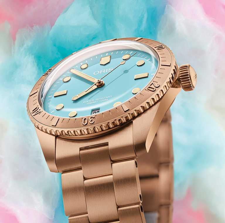 ORIS「Divers Sixty-Five Cotton Candy」系列腕錶,天青藍面盤,38mm,青銅錶殼,Oris 733型自動上鏈機芯╱75,000元(鍊帶款)。(圖╱ORIS提供)