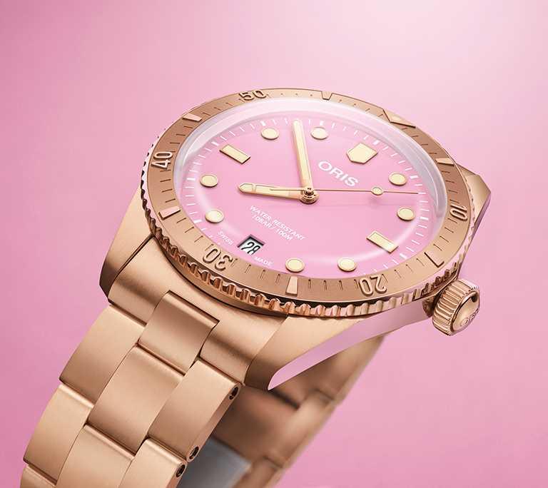 ORIS「Divers Sixty-Five Cotton Candy」系列腕錶,石英粉面盤,38mm,青銅錶殼,Oris 733型自動上鏈機芯╱75,000元(鍊帶款)。(圖╱ORIS提供)