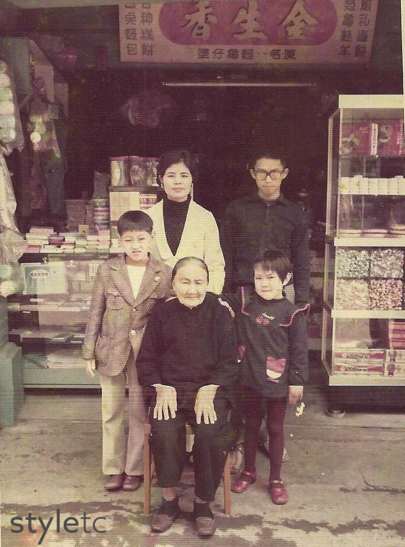 「林金生香」第二代至第四代在老店舖前合影。(圖/店家提供)