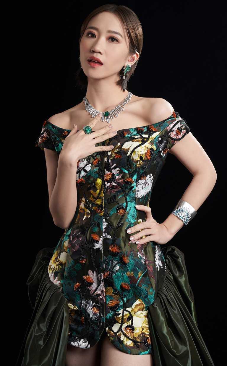 Lulu黃路梓茵上場擔任主持人時,選擇佩戴PIAGET「Sunlight Escape」系列頂級珠寶,為金曲典禮隆重加持。(圖╱PIAGET提供)