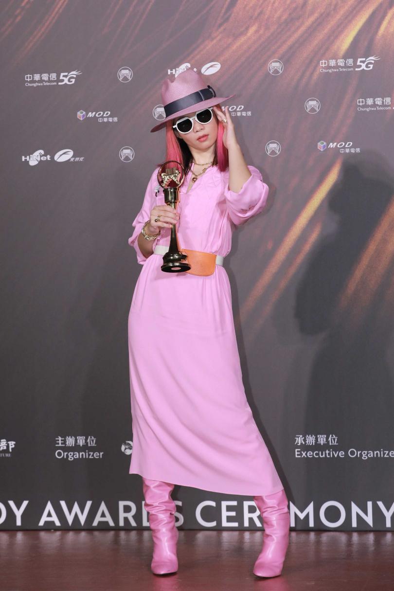 2021金曲獎「最佳新人獎」得獎者壞特?te,身穿LONGCHAMP芭比粉紅連身裙,佩戴於TIFFANY & CO.「HardWear」系列珠寶作品,極具強烈個性。(圖╱林士傑攝影)