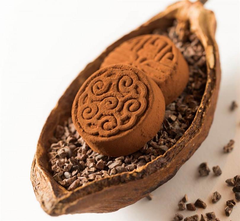 下午茶套餐中,多位網美特別推薦「64%生巧克力佐馬告山胡椒」,不僅風味獨特,上面壓印的圖紋很有台式糕餅趣味。(照片CÉ LA VI Taipei提供)