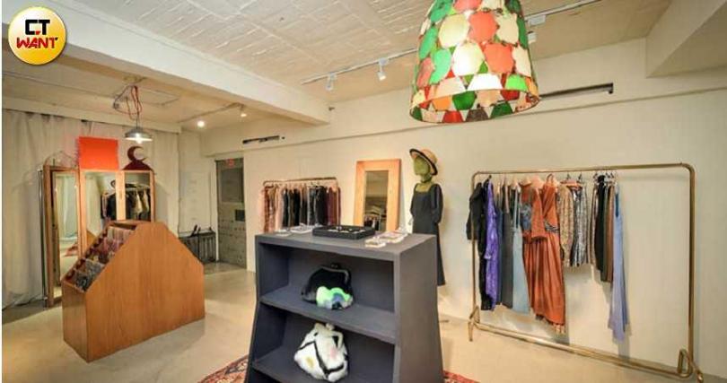 姚愛寗獨愛這家服裝店,尤其是耳環,讓不常買配件的她愛不釋手。(圖/張祐銘攝)