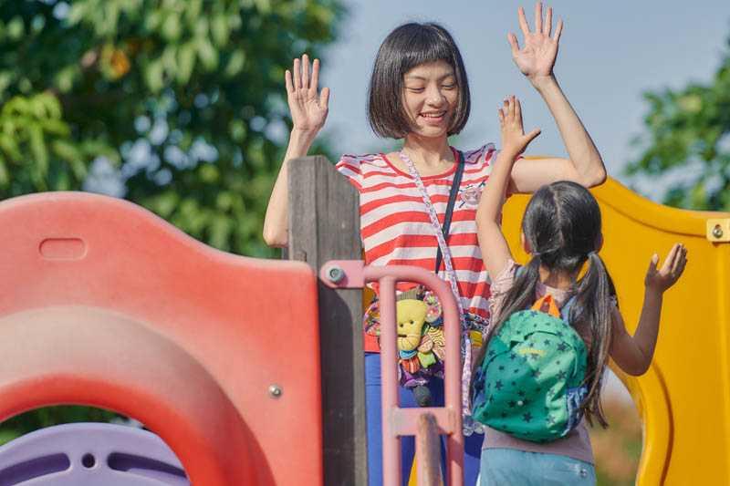 在電影《為你存在的每一天》中,姚愛寗飾演一位智能障礙的單親媽媽,和片中女兒陳品嫙有許多感人互動。(圖/星泰娛樂提供)
