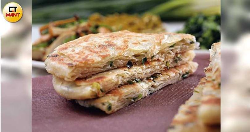 外酥內Q、噴香撲鼻的「蔥油餅」有著漂亮的層次與咬勁。(35元/張)(攝影/于魯光)