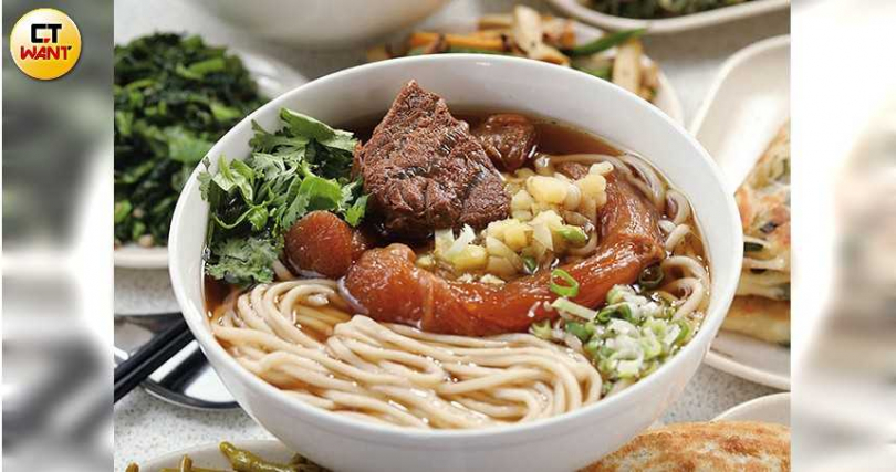半筋半肉牛肉麵是店裡的人氣美味,略為清透的紅燒牛肉湯裡,「豪邁」地躺著3大塊牛肉與牛筋。(150元/小碗)(攝影/于魯光)