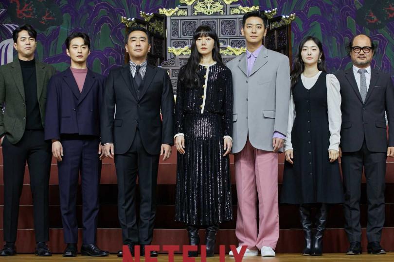 主要演員全錫浩(左起)、金聖圭、柳承龍、裴斗娜、朱智勛、金慧峻、金相浩皆出席記者會。(圖/Netflix提供)