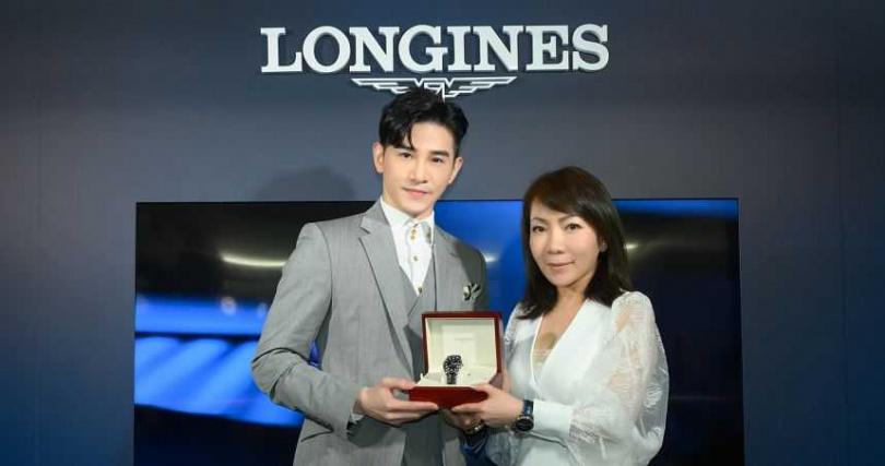 台灣浪琴表副總經理Judy致贈Longines 浪琴表Master 巨擘系列黑色面盤年曆腕錶予張立昂