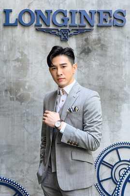張立昂獨照_配戴Longines 浪琴表 Master 巨擘系列銀色面盤年曆腕錶。