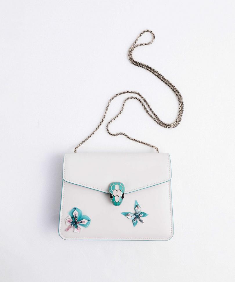 BVLGARI Serpenti Forever Butterfly Flow 淨白小牛皮肩背包/100,500元。(圖/戴世平攝)