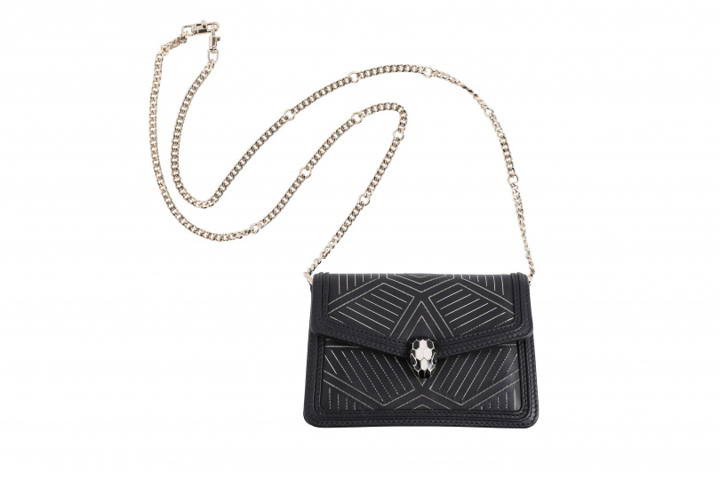 BVLGARI Serpenti Diamond Blast 迷你黑色鑲嵌金屬小牛皮肩背包/79,900元。(圖/戴世平攝)