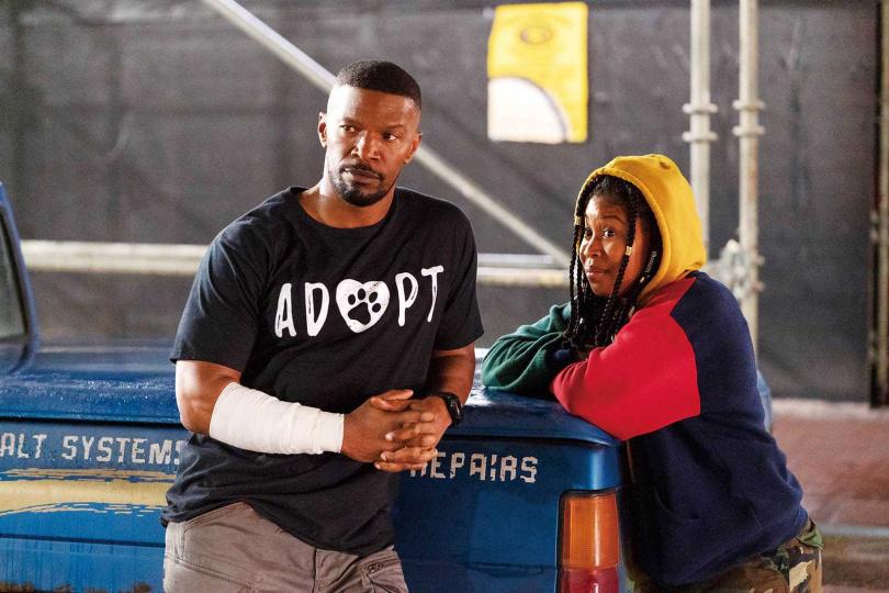片中傑米福克斯為營救被毒販挾持的女兒,徒手對決全身噴發火焰的毒販,動作場面震撼人心。(左:傑米福克斯、右:多米妮可斐許巴克)(圖/Netflix提供)