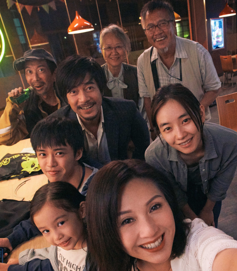 最帥遊民郭富城(中)在電影《麥路人》,與主要演員合影。前排為楊千嬅。