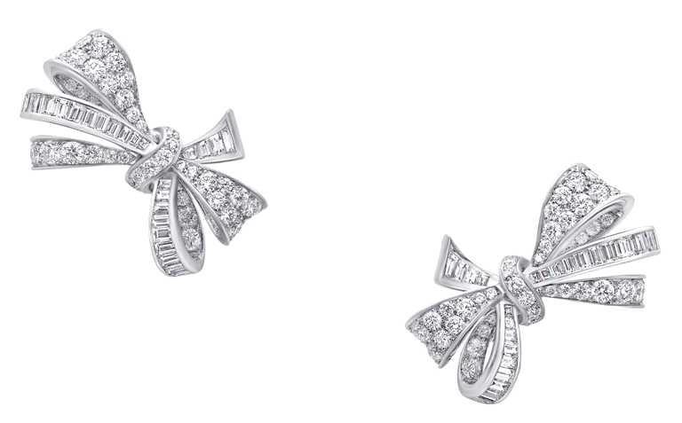 GRAFF「Tilda's Bow」系列,經典白金鑽石耳環╱980,000元。(圖╱GRAFF提供)