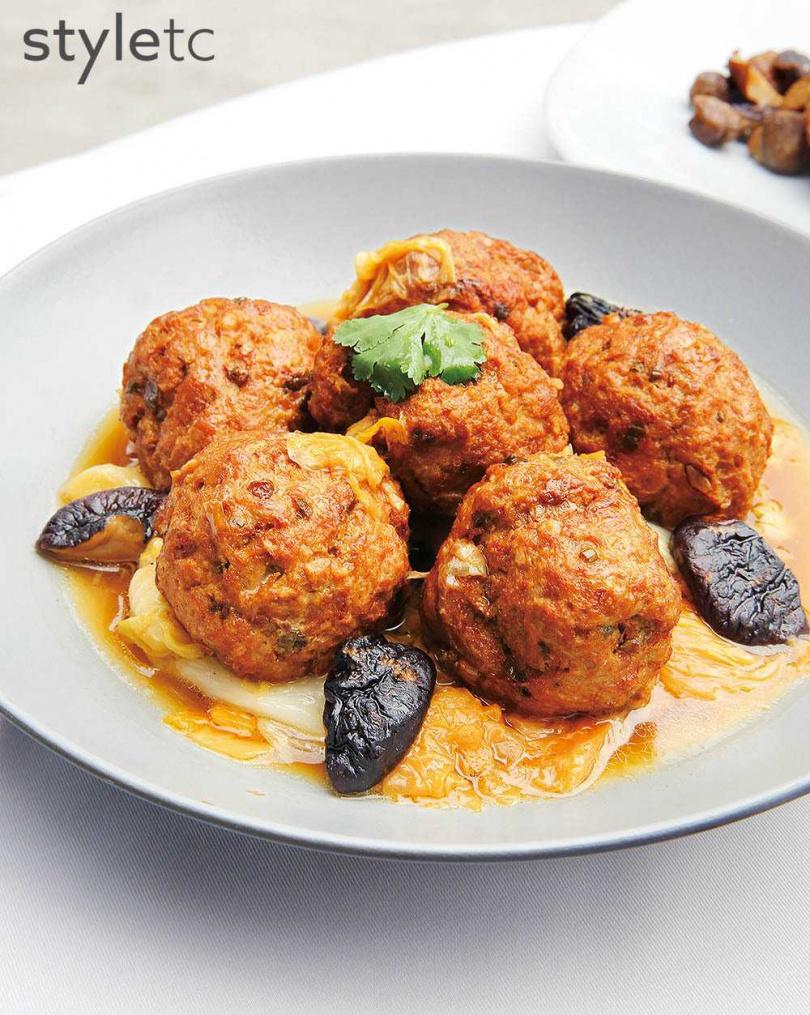 主廚私房菜之一的「大白菜紅燒獅子頭」,肉丸鮮嫩,白菜清甜,湯鮮味美。(760元)(圖/品牌提供)
