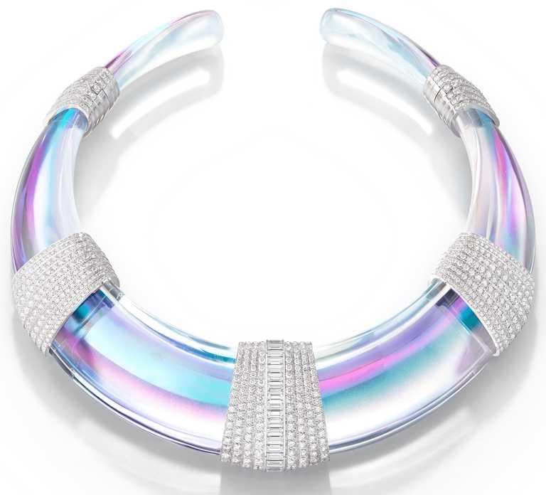 BOUCHERON「Carte Blanche, Holographique」系列高級珠寶,Halo白金項鍊,鑲嵌經全息技術處理水晶及鑽石。(圖╱BOUCHERON提供)