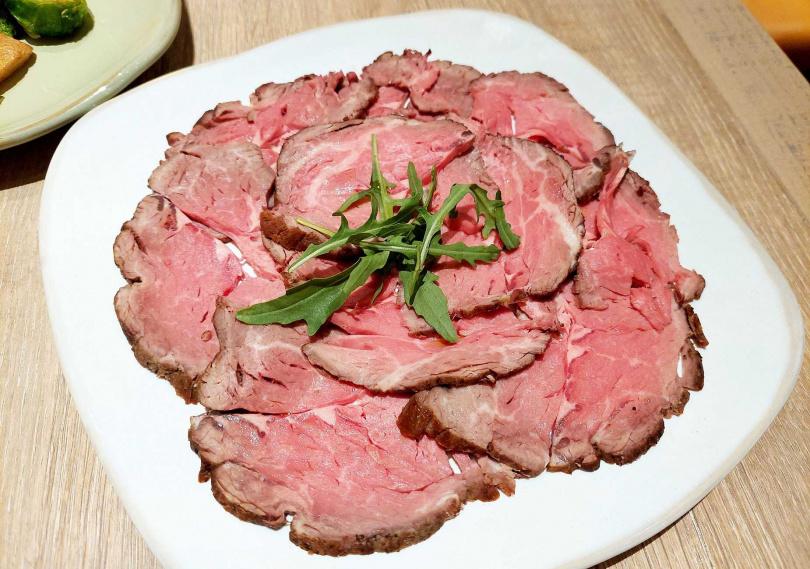 「直火風味燒烤牛肉切片冷盤」口感軟嫩不柴,380元。(圖/魏妤靜攝)