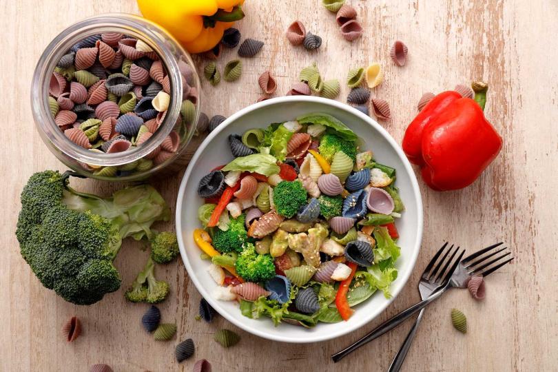 彩色貝殼麵除有麵食系列,也有與大量蔬菜混合的沙拉系列,圖為「青醬嫩雞彩色貝殼麵沙拉」。(圖/BEPPIN PASTA提供)