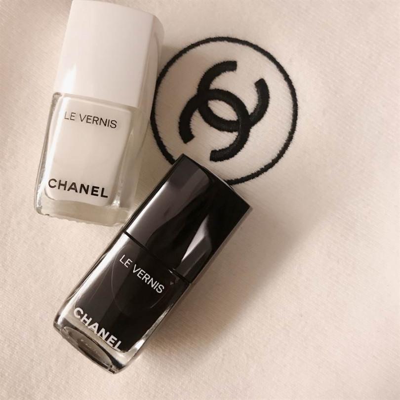 經典黑白「香奈兒時尚恆彩指甲油」,限量#711純白經驗的純真感,和限量#713極黑華麗豐盈的色調,不收不行啊! 13ml /NT880。