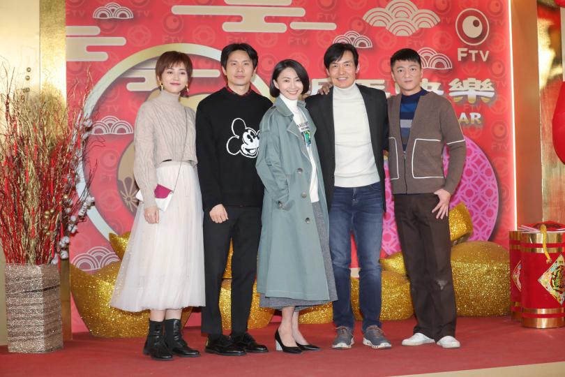 侯怡君和《鏡子森林》演員姚淳耀、李之勤、霍正奇、藍葦華一起受訪。(圖/施岳呈攝)