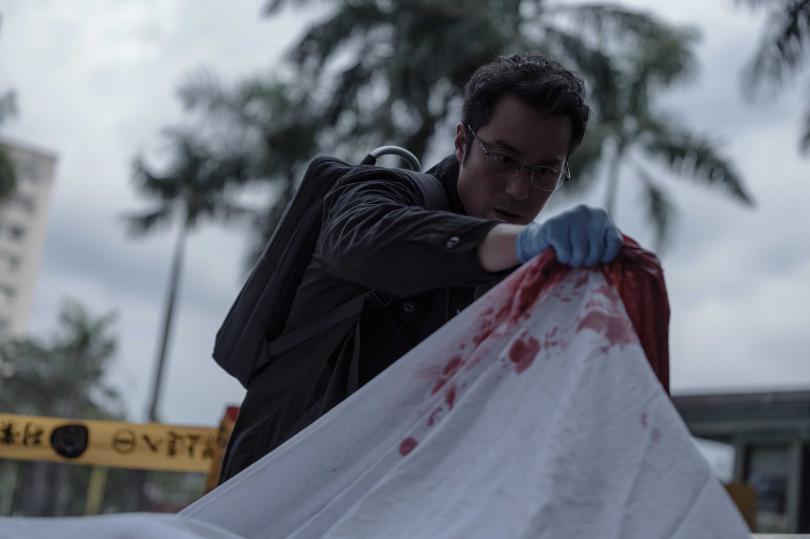 張孝全在新劇《誰是被害者》化身鑑識官,為撲朔迷離的連環命案抽絲剝繭,一揭駭人真相。(圖/Netflix提供)