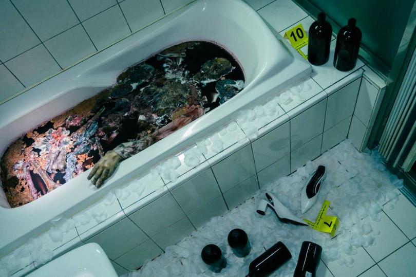 劇中有被王水溶屍等情節,逼真案發畫面怵目驚心。(圖/Netflix提供)