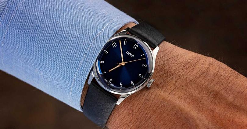 ORIS「James Morrison AoM音樂學院」限量腕錶,採用深藍色漸層「Dégradé」錶盤,金色指針和白色時間刻度為錶盤聚焦。(圖╱ORIS提供)