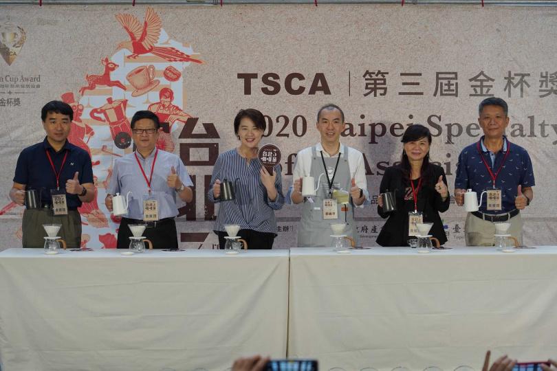 台北市副市長黃珊珊(左三)到活動現場體驗手沖咖啡的魅力。(圖/台北精品咖啡商業發展協會提供)