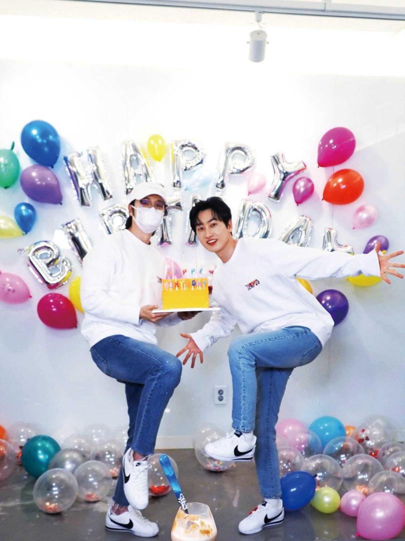 今年銀赫(右)生日時,東海(左)送上情侶鞋和情侶衣給好友。(圖/翻攝自網路)