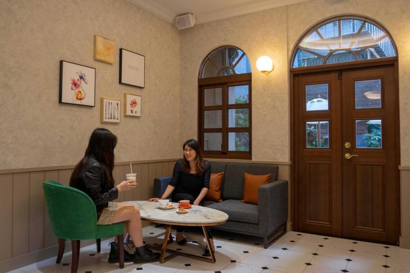 在「Serene Cafe」品嚐美味糕點、輕食,享受悠閒的午後時光。
