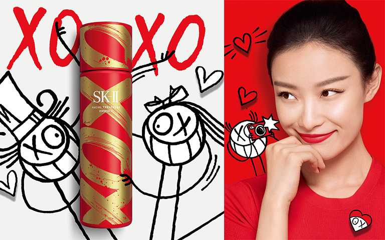 SK-II青春露XOXO新年限量版更與藝術家André Saraiva 合作,筆下塗鴉人物「Mr. & Mrs. A」與品牌大使倪妮同框。(圖/SK-II提供)