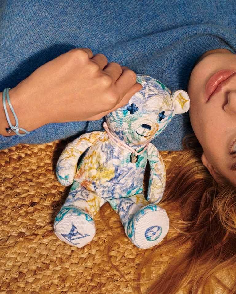 LOUIS VUITTON x UNICEF「Silver Lockit」手鍊╱13,800元;「Doudou Louis」泰迪熊布偶╱30,600元。(圖╱LOUIS VUITTON提供)