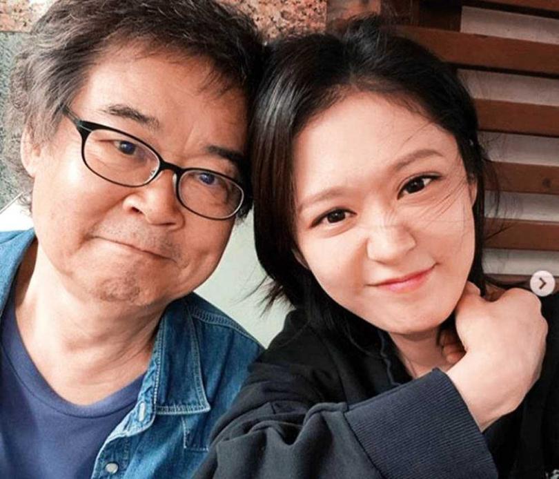 爸爸朱虎聲是舞台劇演員,只要張娜拉拿到劇本,全家就會一起讀本。(圖/翻攝自網路)