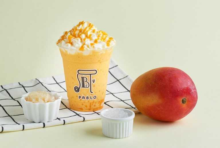 「楊枝甘露冰沙」以新鮮芒果、西米露及清香微酸的金柚肉鋪底,並倒入椰奶、芒果泥及牛奶混打出擁有滑順奶香卻帶清爽香甜的冰沙,最後擠上起司鮮奶油及芒果泥製成。(160元)
