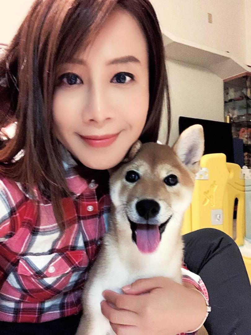 因緣際會收編第二隻狗狗後,秦綾謙為了紀念離世的Yumi,將新成員取名為玉米。(圖/秦綾謙提供)