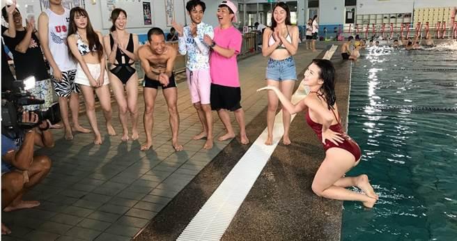 愛語莎挑戰比賽,卻被眾人笑說「貞子出水」。(圖/民視提供)
