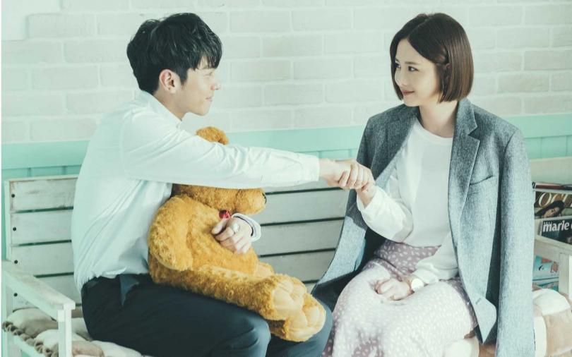 宋柏緯(左)和安心亞在洗衣店浪漫相遇。(圖/TVBS提供)